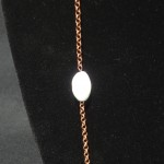 Collana_asimetrica_perla_bainco_marrone_2